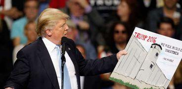 ترامب يحمل رسم توضيحي لبناء الجدار الحدودي