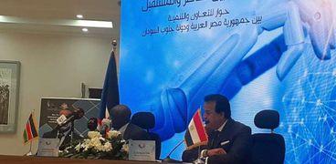 الدكتور خالد عبدالغفار وزير التعليم العالي خلال المؤتمر الصحفى مع وزير التعليم العالي بجنوب السودان