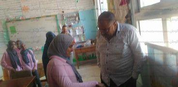 الدكتور سمير النيلى وكيل وزارة التربية والتعليم بمطروح خلال متابعته لطلاب مدرسة الشهيد كريم هنداوى بمطروح