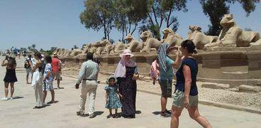 السيُاح في جولة داخل معابد الأقصر