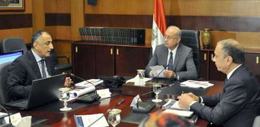 اجتماع سابق لرئيس الوزراء بمحافظ البنك المركزى «صورة أرشيفية»