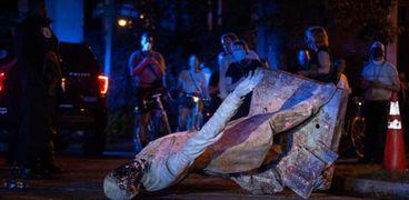 متظاهرون يُسقطون تمثالاً لـ«ديفيس» رئيس أمريكا خلال الحرب الأهلية