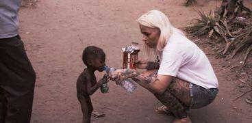 «أنجا» والطفل «HOPE»