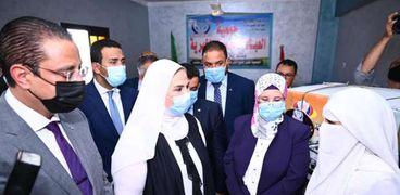 وزيرة التضامن ومحافظ الفيوم يتفقدان عيادات «2 كفاية»