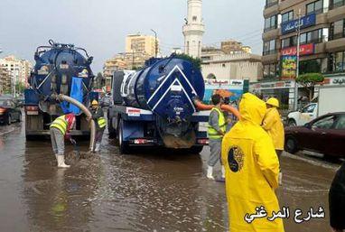 شركات المياه والصرف الصحي تدفع بمعداتها للمساعدة في التعامل مع مياه الأمطار