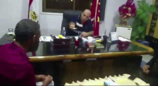 مستشار محافظ بورسعيد يرد عربة مانجو و2000 جنيه لبائع متجول بعد مصادرتها -  المحافظات - الوطن