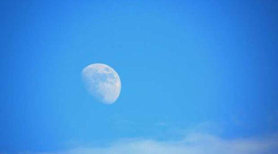 هل ظهور القمر نهارا هذه الأيام دلالة على نهاية الزمان؟.. فلكي يوضح