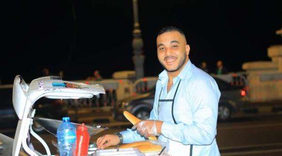 """""""شاب"""" يتطوع بسيارته لمساعدة أخيه في مطعم متنقل بالإسكندرية"""