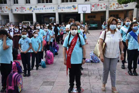 التلاميذ يلتزمون بارتداء الكمامات أثناء الطابور لمواجهة كورونا