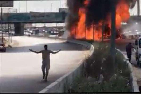"""اللقطات الأولى لحادث انفجار سيارتين على """"دائري المعادي"""""""
