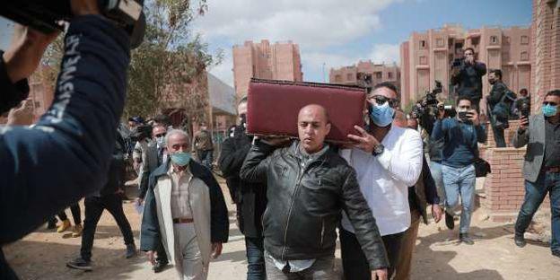 أشرف زكي ونجوم الفن في مراسم دفن الفنان يوسف شعبان