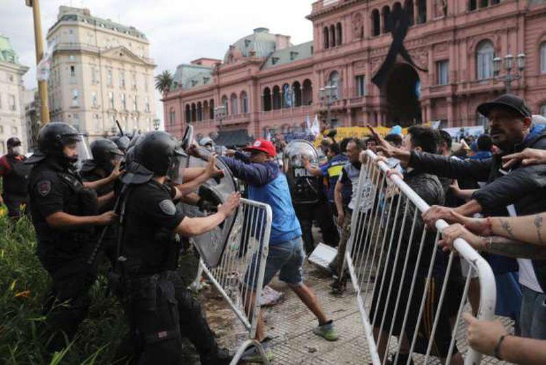 العنف يسيطر على المشاهد الأخيرة من جنازة مارادونا