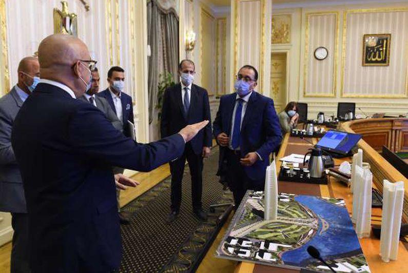 رئيس الوزراء يستعرض مخططات إنشاء مجمع متعدد الاستخدامات بالعلمين الجديدة 