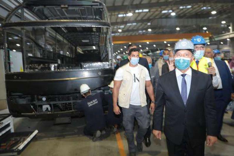 وزير النقل يتفقد خطوط إنتاج الأتوبيسات والميني باصات