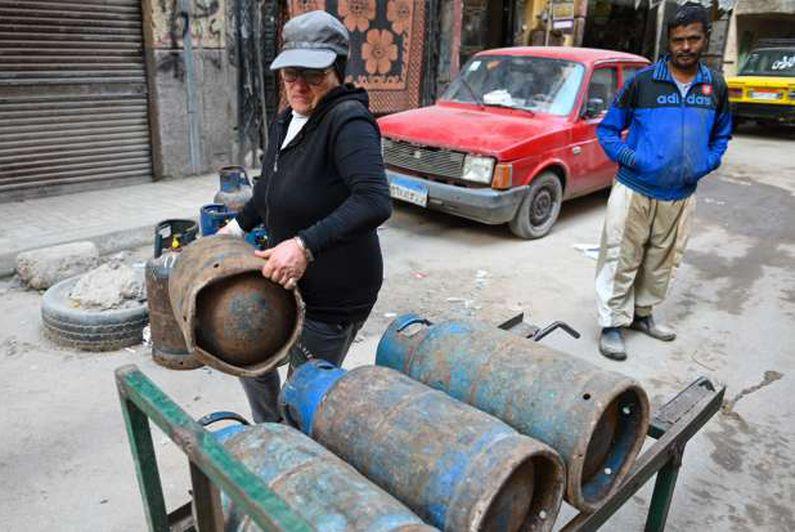 أم كريم تبيع أنابيب الغاز في شوارع الإسكندرية