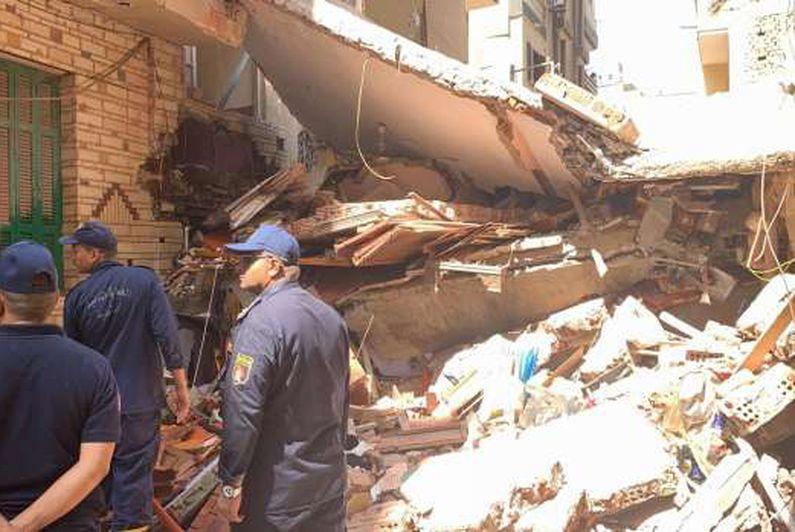 انهيار منزل من 3 طوابق في المنصورة