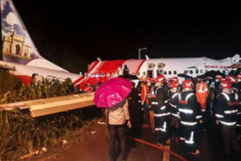 آثار تحطم الطائرة الهندية في مطار كاليكوت الدولي