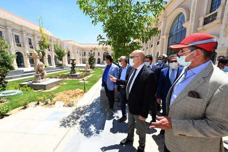وزير الإسكان ومستشار رئيس الجمهورية للشئون المالية يتفقدان دار الأوبرا الجديدة