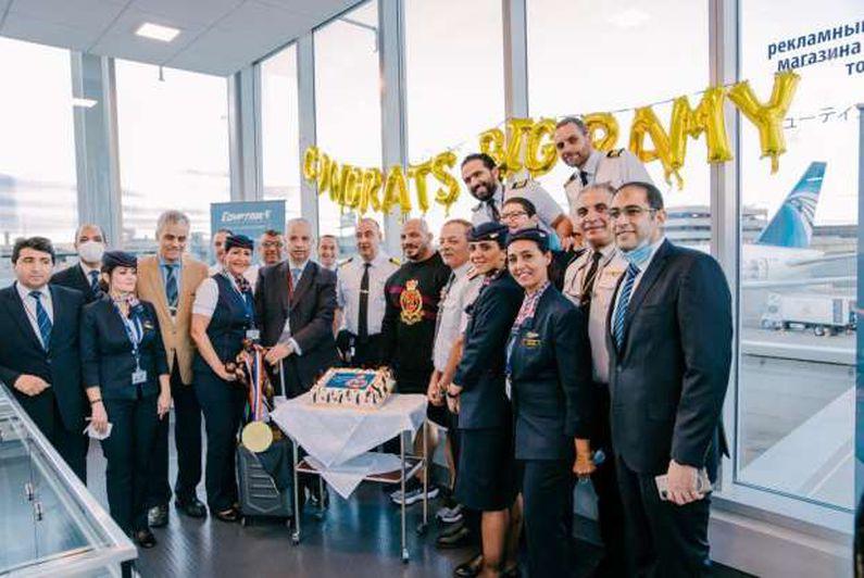 """«مصر للطيران» تستقبل البطل العالمي """"Big Ramy"""" بمطار جون كينيدي بنيويورك"""