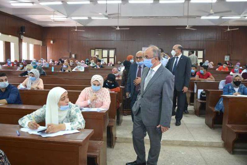 رئيس جامعة الزقازيق يتفقد الإجراءات الوقائية داخل لجان الامتحانات