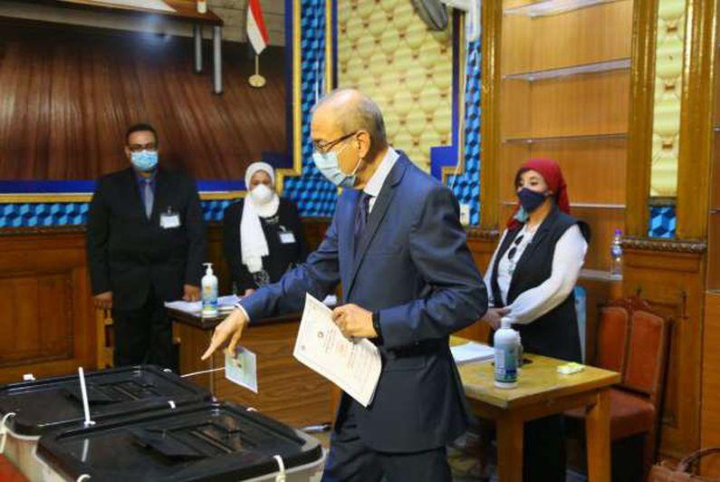 شريف إسماعيل يدلي بصوته في مدرسة مصطفي أبو عميره بمصر الجديدة