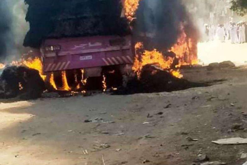 """اشتعال """"شاحنة قش"""" بكوم أمبو والحماية المدنية تسيطر على النيران"""