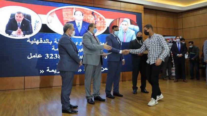 وزير القوى العاملة ومحافظ الدقهلية يسلمان شهاداتالتدريب بالوحدات المتنقلة والثابتة