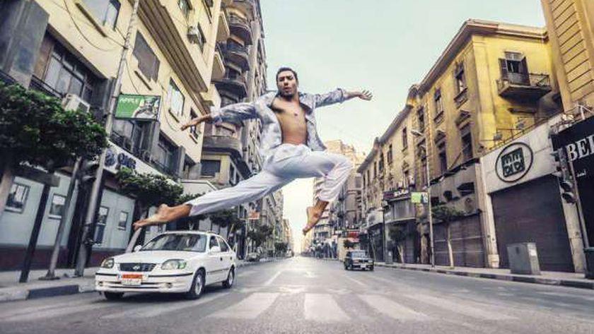 «فادى» يرقص الباليه فى أحد الشوارع