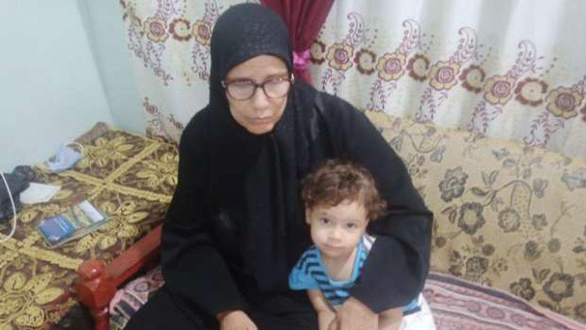 الطفلة رهف مع جدتها والدة ضحية زوجته بطوخ