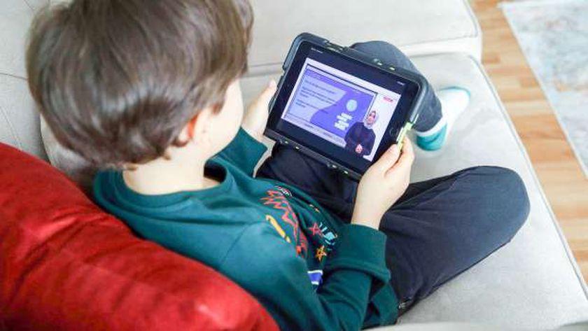 """""""الأبوة الرقمية"""" مسؤولية.. 3 نصائح لحماية اطفالك على الانترنت وقت المص"""