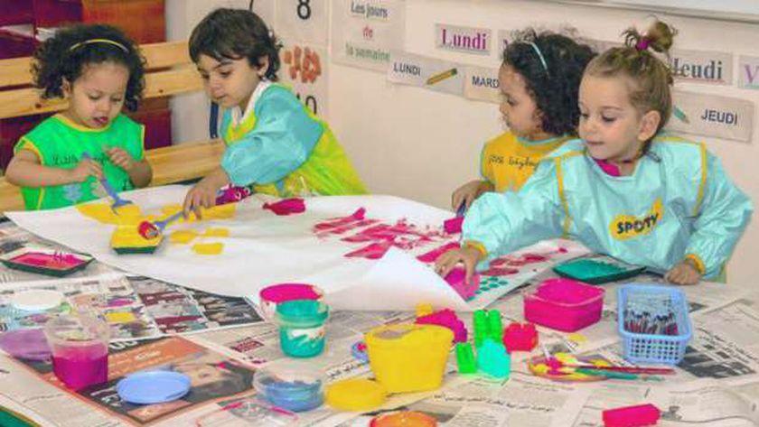 صوره للأطفال أثناء ممارستهم الفن .. أرشيفية