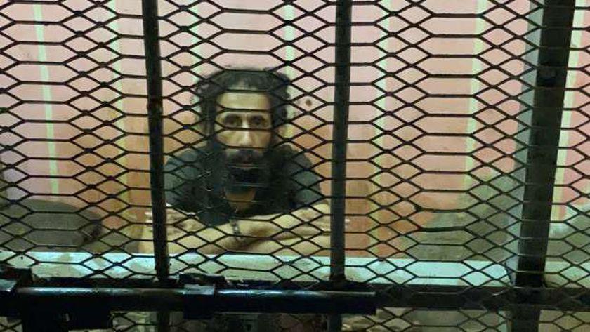 حبس شاب في قفص حديد بالمنصورة