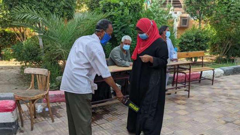 شعر بإعياء.. نقل مراقب ثانوية أزهرية للمستشفى في أسوان