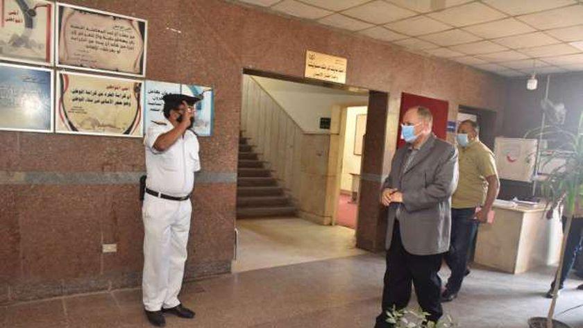محافظ أسيوط يزور مركز شرطة ساحل سليم ويتفقد الخدمات الأمنية للتهنئة بعيد الاضحى المبارك