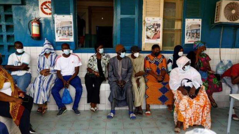 سنغاليون أثناء الانتظار لتلقي جرعة من لقاح كورونا في مستشفى بداكار
