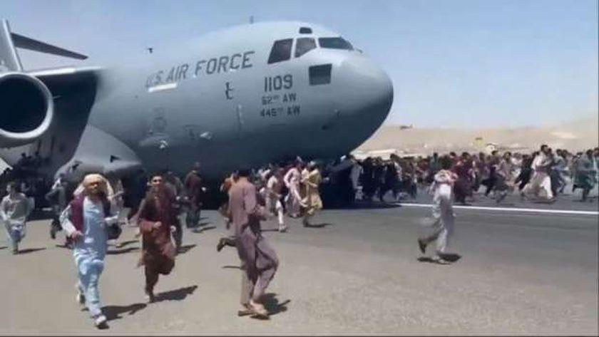 تزاحم في مطار كابول من جانب الراغبين في مغادرة أفغانستان.. «أرشيفية»