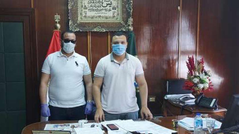 نائب محافظ الدقهلية مع الجندي خالد حراز