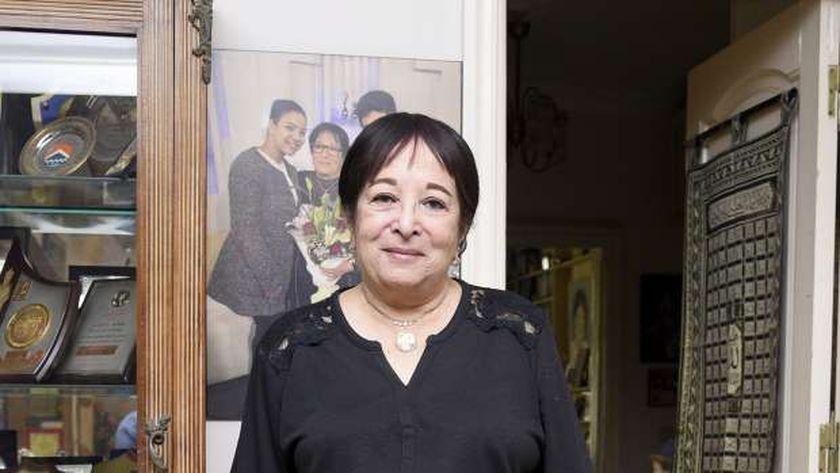 الفنانة سميرة عبدالعزيز داخل منزلها