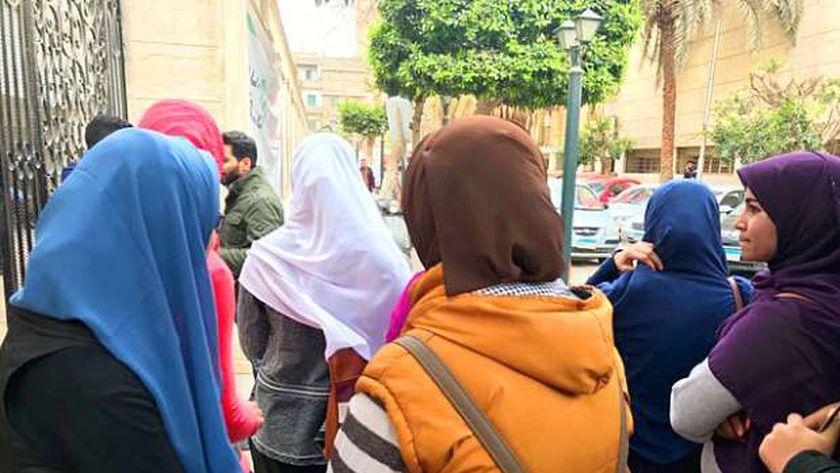 فتيات أمام مستشفى دار الشفاء