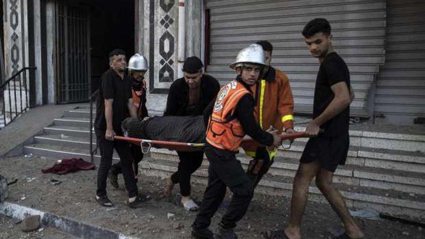 نقل سيدة مصابة إثر هجمات الاحتلال على قطاع غزة اليوم