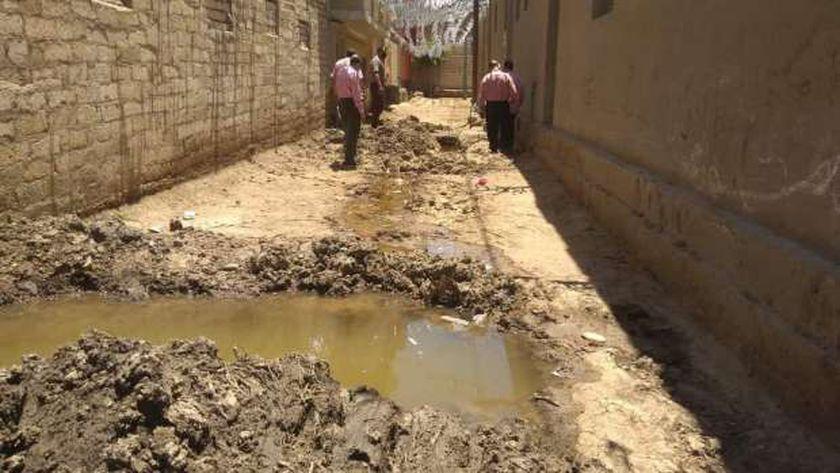 لجنة لبحث أزمة تسرب المياه بشوارع عزبة «قمص» في بني سويف