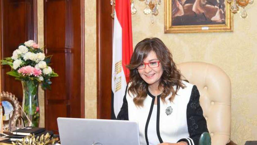 وزيرة الهجرة خلال حلقة نقاشية بحضور شباب المصريين الدارسين بالمملكة المتحدة