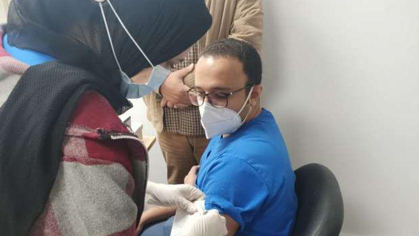 الدكتور محمد طالب مدير مستشفى عزل النجيلة خلال تلقيه لقاح كورونا