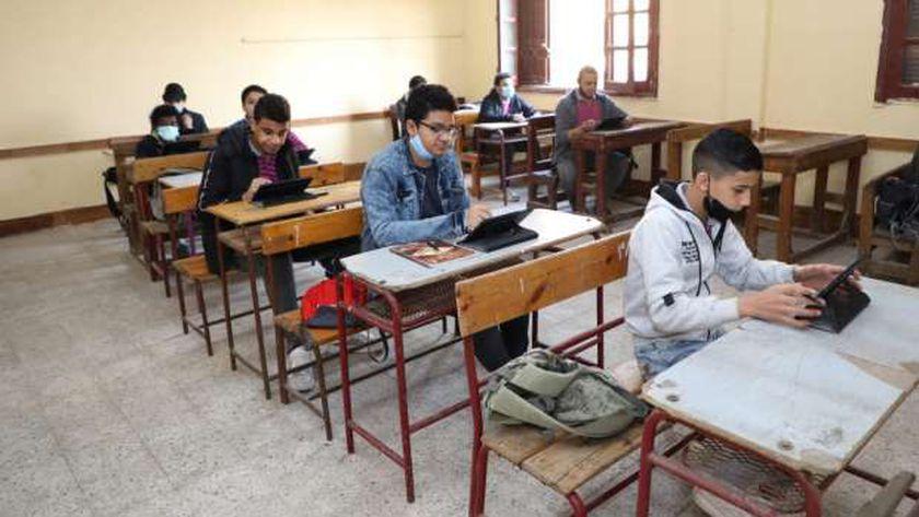 طلاب يؤدون الامتحانات إلكترونياً- صورة أرشيفية