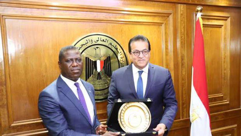 وزير التعليم العالي يستقبل وزير خارجية سيراليون