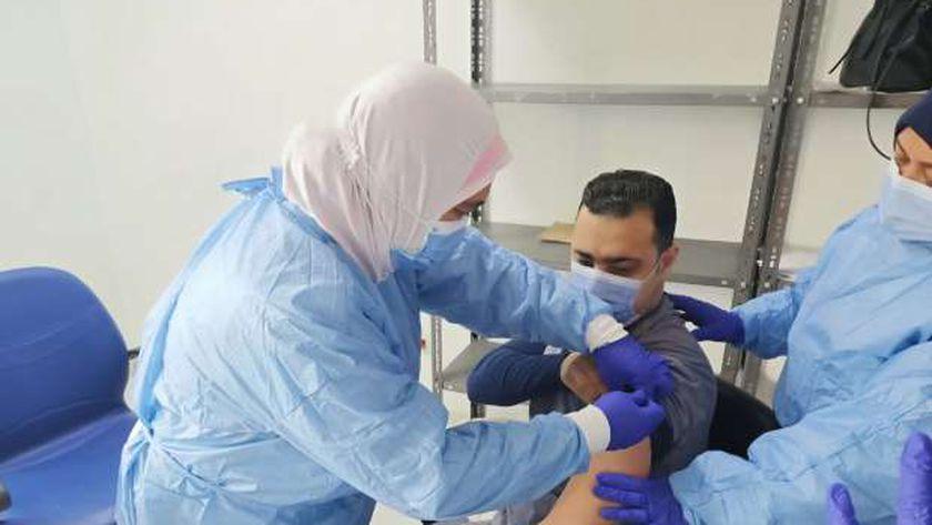 أحد الأطباء أثناء تلقيه جرعة لقاح كورونا الأولي