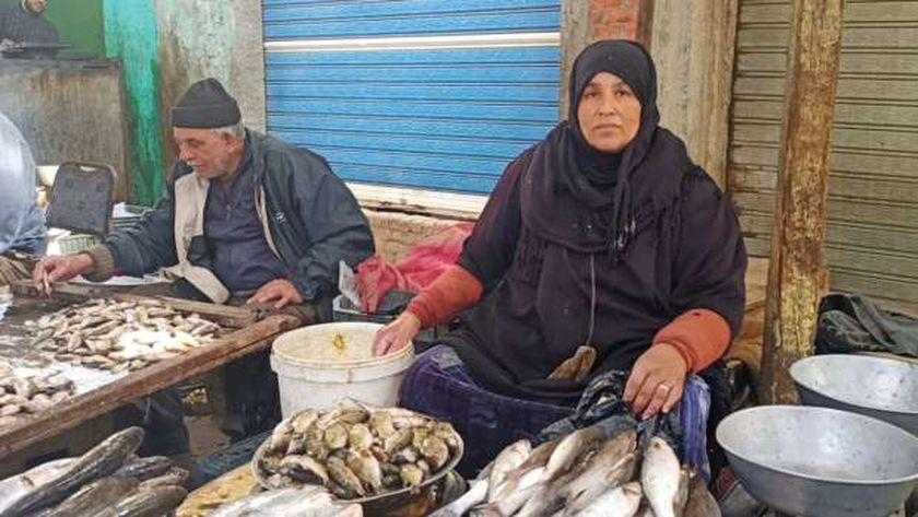 صورة «أم هاني» بائعة سمك في الإسماعيلية: مكسبي 2 جنيه ونفسي في محل صغير – المحافظات