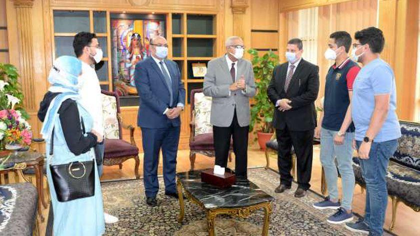 تكريم 3 طلاب لأمانتهم بجامعة المنصورة