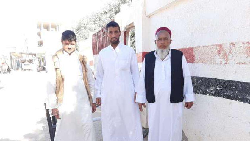 الحاج فايز إسرافيل وأبناؤه أمام لجنة مدرسة الضبعة الإبتدائية