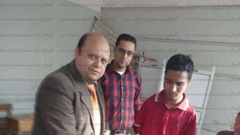 """صور""""محمود ثابت """"يتحدي إعاقته ويدلي بصوته بلجان استفتاءالدستور بالمحلة"""